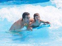 Con el peque en la piscina de olas