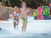 Corriendo en la zona acuatica infantil