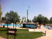 Espacio recreativo frente a la piscina