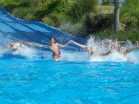 Cayendo juntos al agua