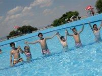 Cogidos de la mano en la piscina