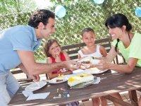 Compartiendo tarta en el parque acuatico