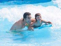 Con la plancha en la piscina de olas