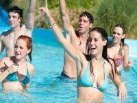 Levantando la mano en la piscina
