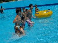 Peques jugando en el agua