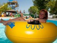Sentada en el flotador amarillo