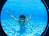 Sumergido en la piscina