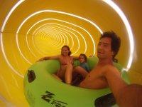 Dentro del tubo amarillo