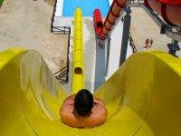 Resbalando por el tobogan amarillo