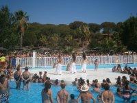 Exhibicion de danza junto a la piscina