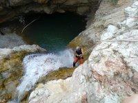 在瀑布中速降