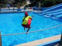 Socorrista saltando al agua.JPG
