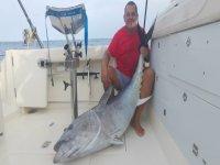 Posando junto al atún gigante