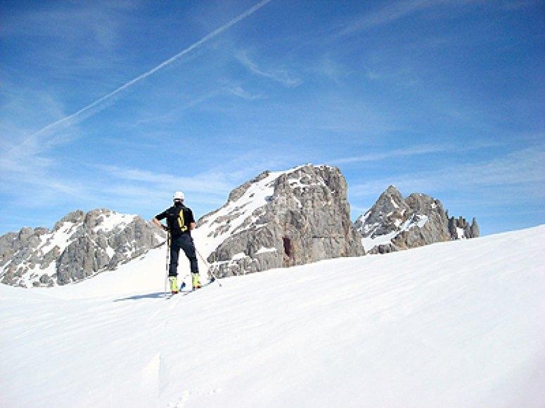 Esquí de montaña con monitor profesional