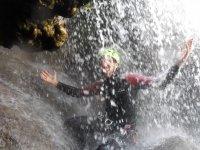 Sotto la cascata nel burrone