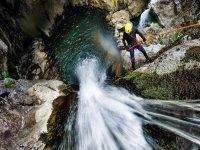 Discesa del burrone vicino alla cascata