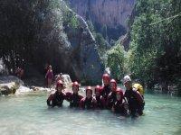 Gruppo di canyoning nella piscina