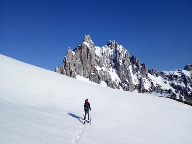 uomo che cammina sulla montagna