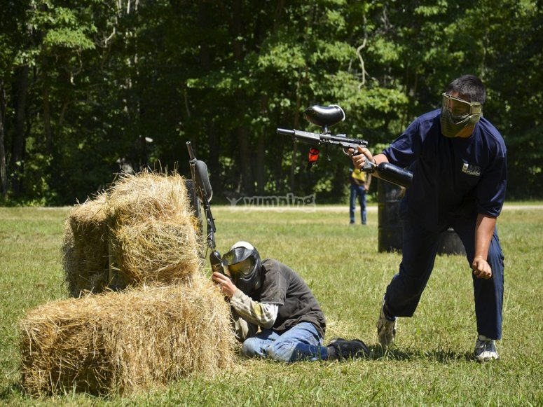 Challenging your oponents in the paintball field in Cofrentes