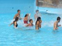 Jugando en la piscina de olas