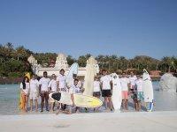 Grupo de surferos en Siam Park