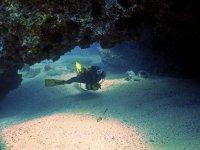 Bucea bajo las cuevas