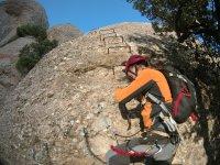 Subiendo por grapas en la roca