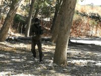 Soldado de paintball corriendo