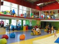 Grandes instalaciones de juegos y descanso
