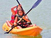 Alumnas del campamento remando en el kayak