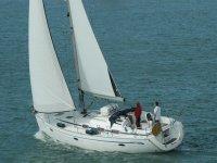 due uomini sulla barca a vela
