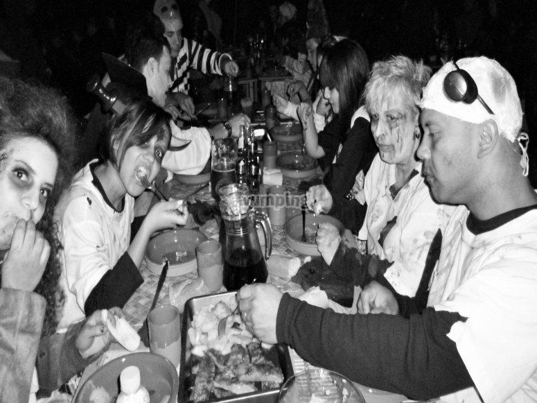 Cena en la casa del enterrador