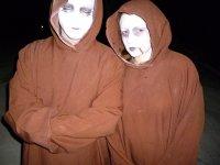 monjes zombies en el cementerio