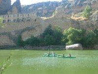 练习双人皮艇这个水上运动散步