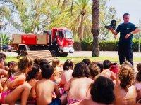Visita de los bomberos al campamento de Torreblanca