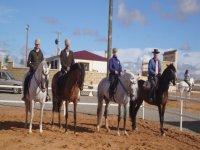 图片4名经验丰富的骑手骑马的经验教训