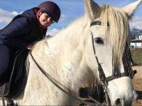 Pequena sobre nuestro caballo Alf