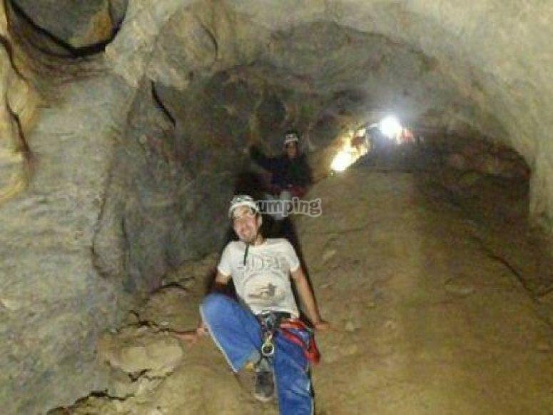 Descendiendo por el interior de la cueva