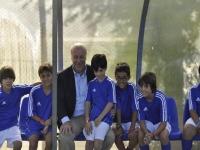Vicente del Bosque con menores en el banquillo viendo un partido