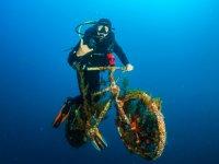 In bici sul fondo del mare