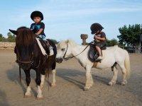 Paseo en pony para niños en Sitges 1 hora