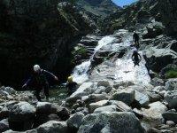 Saliendo del agua en el barranco