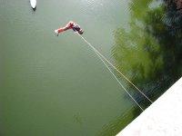 Saltando sobre el río