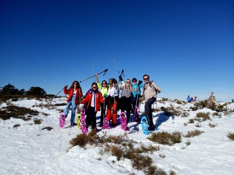Excursión en grupo con raquetas de nieve
