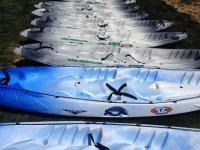 Kayaks a la espera de los aventureros