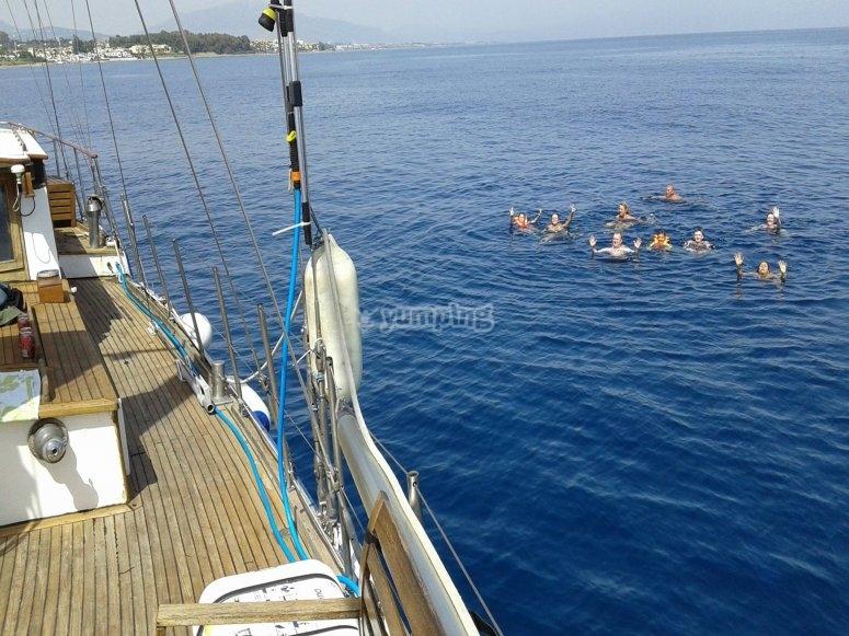 Paseo en barco y chapuzón por la costa del sol
