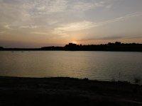 Photo du château et des kayaks au coucher du soleil