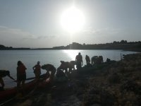 Sur le rivage avec les kayaks