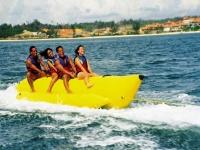Adolescentes en un Banana Boat