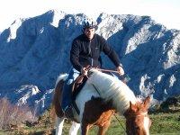 男人背后伟大的风景树林里散步做骑马在山上